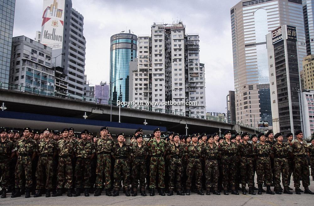Hong Kong. Royal   regiment -  (volunteers)      / Parade dans la caserne du - Royal  volunteers régiment -  avant sa destruction. (armée de volontaires) / L'armée de  a été démantelée en Novembre 1996, sur ordre des Chinois.  / R00057/29    L940319a  /  P0000276