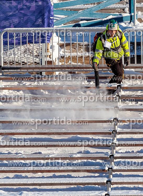 24.02.2017, Lahti, FIN, FIS Weltmeisterschaften Ski Nordisch, Lahti 2017, Nordische Kombination, Skisprung, im Bild ein Arbeiter bläst mit einem Laubbläser den Schnee von der Tribüne // A worker blows the snow from the tribune with a leaf blower during Skijumping of Nordic Combined competition of FIS Nordic Ski World Championships 2017. Lahti, Finland on 2017/02/24. EXPA Pictures © 2017, PhotoCredit: EXPA/ JFK