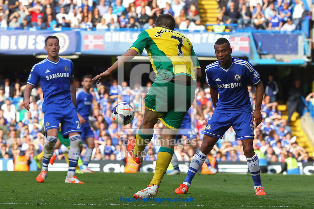 Robert Snodgrass of Norwich crosses the ball during the Barclays Premier League match at Stamford Bridge, London<br /> Picture by Paul Chesterton/Focus Images Ltd +44 7904 640267<br /> 04/05/2014