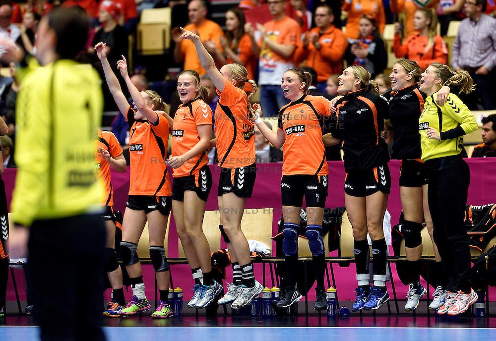 18-12-2015 DEN: World Championships Handball 2015 Poland  - Netherlands, Herning<br /> Halve finale - Nederland staat in de finale door Polen met 30-25 te verslaan / Lynn Knippenborg #11, Debbie Bont #7, Danick Snelder #10, Michelle Goos #21, Sanne van Olphen #9, Kelly Dulfer #18, Tess Wester #33