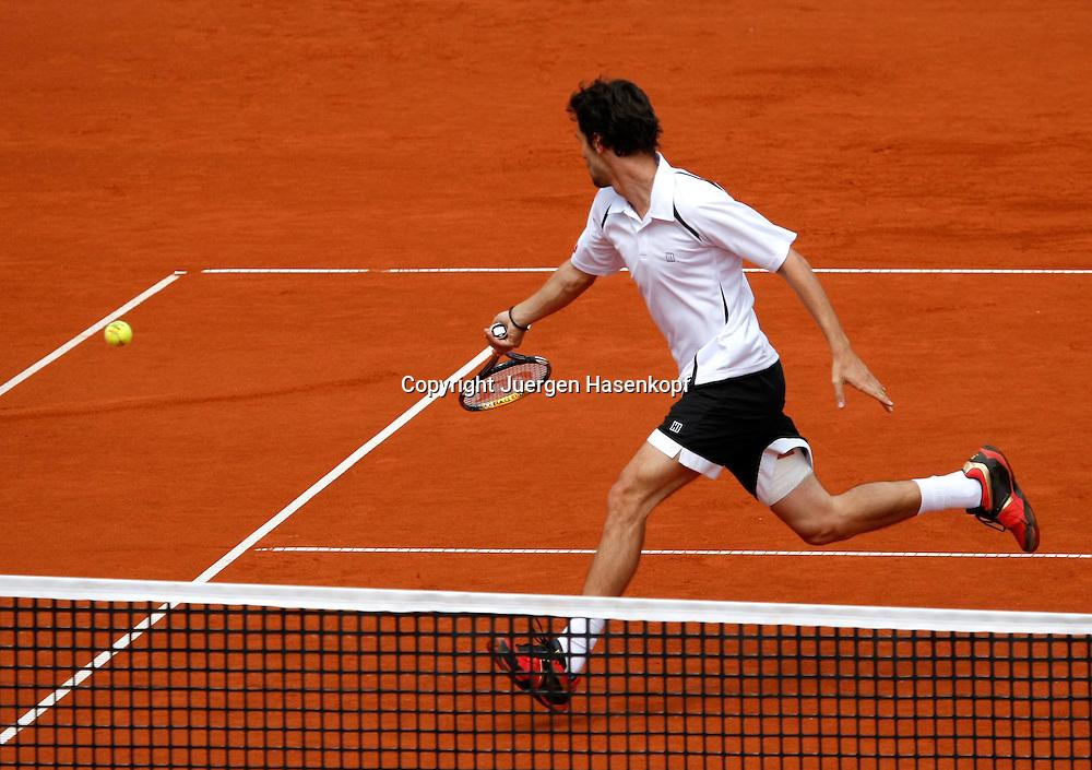 BMW Open 2010, Muenchen, Sport, Tennis,  International Series ATP  Tournament, Philipp Petzschner (GER) schaut einem Ball nach der ins Aus geht,..Foto: Juergen Hasenkopf