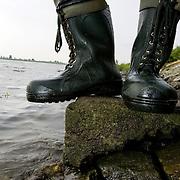 Nederland Lekkerkerk 27 mei 2007 20070527.Droge voeten, laarzen in water.Serie tbv Schieland en de Krimpenerwaard, deze zorgt als waterschap voor droge voeten en schoon water in een bepaald gebied. Het beheersgebied van Schieland en de Krimpenerwaard strekt zich uit tussen Rotterdam, Schoonhoven en Zoetermeer. Binnen dit gebied zorgt Schieland en de Krimpenerwaard voor de kwaliteit van het oppervlaktewater, het waterpeil en de waterkeringen. Daarnaast beheert Schieland en de Krimpenerwaard een aantal wegen in de Krimpenerwaard...Foto David Rozing