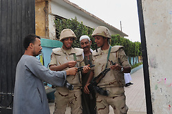 28.10.2015, Kairo, EGY, Parlamentswahl in &Auml;gypten, im Bild &Auml;gyptens B&uuml;rger bei den Parlamentswahlen // Egyptian soldiers stand guard at a polling station of the runoff to the first round of the parliamentary elections in Cairo, Egypt on 2015/10/28. EXPA Pictures &copy; 2015, PhotoCredit: EXPA/ APAimages/ Amr Sayed<br /> <br /> *****ATTENTION - for AUT, GER, SUI, ITA, POL, CRO, SRB only*****