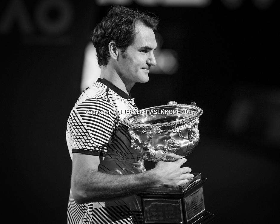ROGER FEDERER (SUI) mit Pokal,Siegerehrung,Herren Finale<br /> <br /> Australian Open 2017 -  Melbourne  Park - Melbourne - Victoria - Australia  - 29/01/2017.