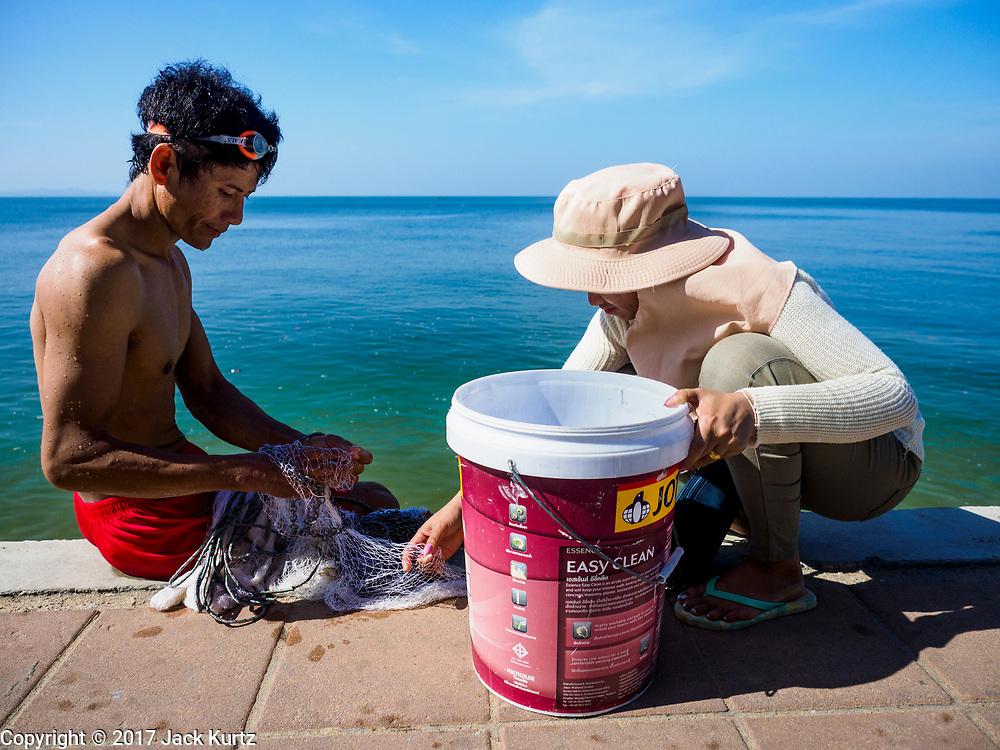 09 DECEMBER 2017 - PATTAYA, CHONBURI, THAILAND: A fisherman with his net on Jomtien Beach in Pattaya.  PHOTO BY JACK KURTZ