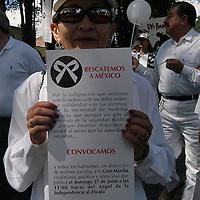 """Toluca, Méx.- Al menos 200 personas marcharon en el paseo Colon de esta ciudad en solidaridad a la mega marcha en contra de la delincuencia de la ciudad de Mexico uniendo el reclamo popular de la sociedad civil de """"Ya basta"""". Agencia MVT / Luis Alvarado. (DIGITAL)<br /> <br /> NO ARCHIVAR - NO ARCHIVE"""