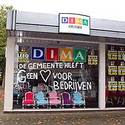 NLD/Huizen/20081008 - Dima Outlet met leuzen tegen de gemeente Huizen op het pand aan de Lindelaan wegens uitzetting