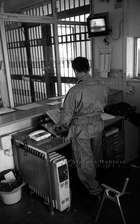 Roma Giugno 2000.Carcere di Rebibbia N.C..Agente penitenziario adetto alle porte interne...Rome June 2000.Prison Rebibbia N.C..Prison officers safety officer of the internal doors.