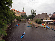 Cesky Krumlov, Krumau/Tschechische Republik, Tschechien, CZE, 26.07.2008:  Wasser Touristen vor der staatliche Burg und dem Schloß Cesky Krumlov (Böhmisch Krumau/ Krumau) am Moldau-Ufer. Die Hochschätzung dieses Ortes durch inländische und ausländische Experten führte allmählich zur Aufnahme in die höchste Stufe des Denkmalschutzes. Im Jahre 1963 wurde die Stadt zum Stadtdenkmalschutzgebiet erklärt, im Jahre 1989 wurde das Schloßareal zum nationalen Kulturdenkmal erklärt und im Jahre 1992 wurde der ganze historische Komplex ins Verzeichnis der Denkmäler des Kultur- und Naturwelterbes der UNESCO aufgenommen.<br /> <br /> Cesky Krumlov/Czech Republic, CZE, 26.07.2008: Water tourists at the Vltava (Moldau) river in the back the State Castle of Cesky Krumlov, with its architectural standard, cultural tradition, and expanse, ranks among the most important historic sights in the central European region. Building development from the 14th to 19th centuries is well-preserved in the original groundplan layout, material structure, interior installation and architectural detail. Situated on the banks of the Vltava river, the town was built around a 13th-century castle with Gothic, Renaissance and Baroque elements. It is an outstanding example of a small central European medieval town whose architectural heritage has remained intact thanks to its peaceful evolution over more than five centuries.