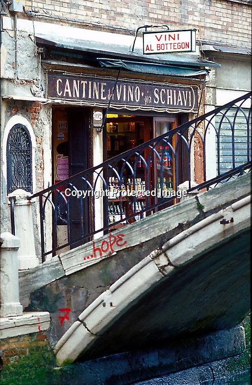 Weingeschäft in Venedig, Italien