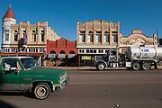 Cuero, Texas. Fracking brought a huge oil boom to Dewitt County in Texas...Verkehr auf Hauptstrasse in Cuero...© Stefan Falke www.stefanfalke.com.Unterwegs mit Peter Hossli.