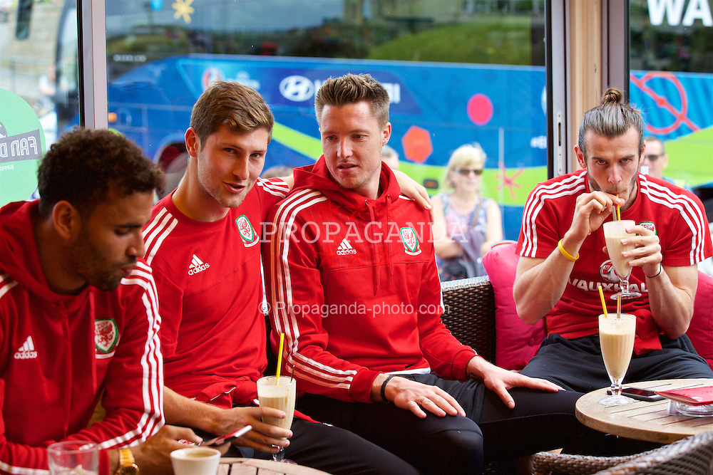 DINARD, FRANCE - Tuesday, June 28, 2016: Wales' Ben Davies, goalkeeper Wayne Hennessey and Gareth Bale in Cafe Davy's during a trip to Dinard as they prepare for the Quarter-Final match against Belgium during the UEFA Euro 2016 Championship. (Pic by David Rawcliffe/Propaganda)
