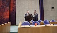 Nederland. Den Haag, 18 februari 2009.<br /> Minister van Financien Wouter Bos en premier Jan Peter Balkenende tijdens het debat over de kredietcrisis in de Tweede Kamer. 22:50 uur : einde debat.<br /> Foto Martijn Beekman<br /> NIET VOOR PUBLIKATIE IN LANDELIJKE DAGBLADEN.