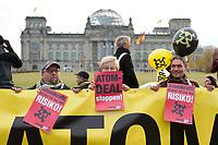 28 OCT 2010, BERLIN/GERMANY:<br /> Demonstration anl. der Abstimmung des Bundestages ueber die Verlaengerung der Laufzeiten fuer Atomkraftwerke, vor dem Reichstagsgebaeude<br /> IMAGE: 20101028-01-029<br /> KEYWORDS: Demo, Demonstranten, Protest, Anti-Atom-Demo, Anti-Kernkraft-Demo, Verlängerung der Laufzeiten, Laufzeitverlängerung, Laufzeitverlaengerung, AKW