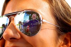 O reflexo de José Fortunati é visto refletido no óculos de uma militante durante caminhada no comércio da Av. Azenha, em Porto Alegre. FOTO: Jefferson Bernardes/Preview.com