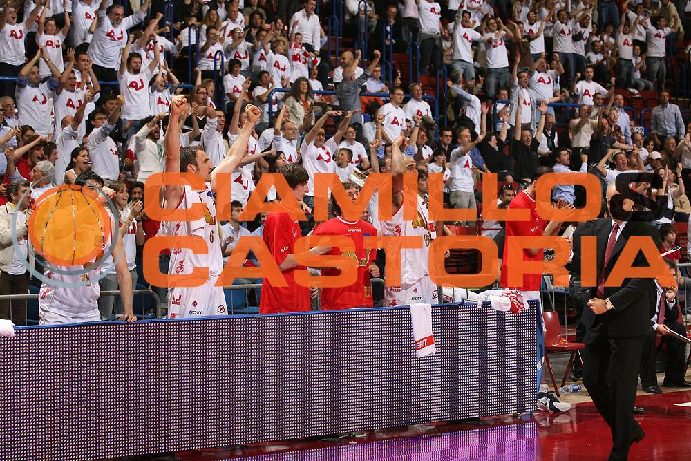 DESCRIZIONE : Milano Lega A1 2006-07 Playoff Quarti di Finale Gara 1 Armani Jeans Milano Whirlpool Varese<br /> GIOCATORE : Team Milano<br /> SQUADRA : Armani Jeans Milano<br /> EVENTO : Campionato Lega A1 2006-2007 Playoff Quarti di Finale Gara 1<br /> GARA : Armani Jeans Milano Whirlpool Varese<br /> DATA : 16/05/2007 <br /> CATEGORIA : Esultanza<br /> SPORT : Pallacanestro <br /> AUTORE : Agenzia Ciamillo-Castoria/S.Ceretti