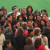 Toluca, México.- El gobernador del estado, Enrique Peña Nieto, es rodeado por mujeres que se dieron cita en el festejo del Día de las Madres, para tomarse una foto con el mandatario mexiquense. Agencia MVT / Arturo Rosales Chávez. (DIGITAL)