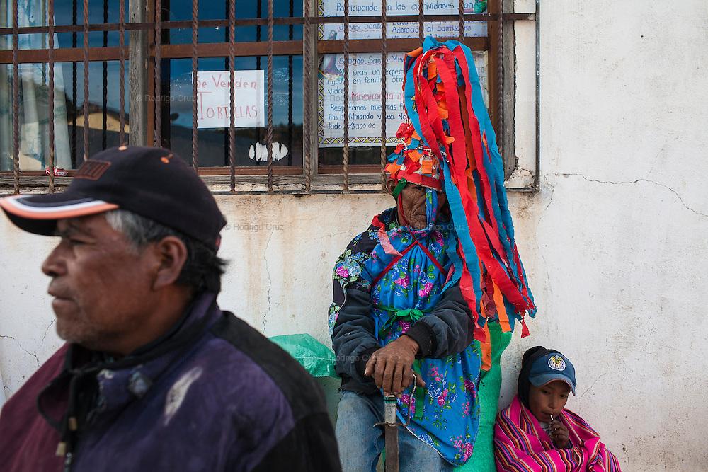 Juan Sotelo, (centro) es el responsable del orden, se le conoce como polis (policía), porta una espada, su cara está cubierta con un paliacate y lleva de sombrero un cono con tiras de papel de colores para provocar temor durante la festividad de Semana Santa en Norogachi, México, el 8 de abril de 2009.