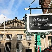 Nederland, Delft , 29 september 2010..Schrijver Kader Abdolah tijdens een wandeling door het centrum van Delft en de Bieslandse Bossen. ..Historic houses on the Markt in Delft, the Netherlands