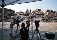 Cavezzo, Italia - 30 maggio 2012. Numerose troupe televisive (anche straniere) trasmettono live dai luoghi colpiti dal terremoto..Ph. Roberto Salomone Ag. Controluce.ITALY - Tv crews go live from the towns hit by the earthquake on May 30, 2012.