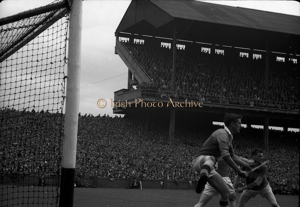 04/09/1960<br /> 09/04/1960<br /> 4 September 1960 <br /> All-Ireland Final: Tipperary v Wexford at Croke Park, Dublin.<br /> Tipperary forward, Tom Moloughney (left), clashing with Wexford player, Tom Neville.