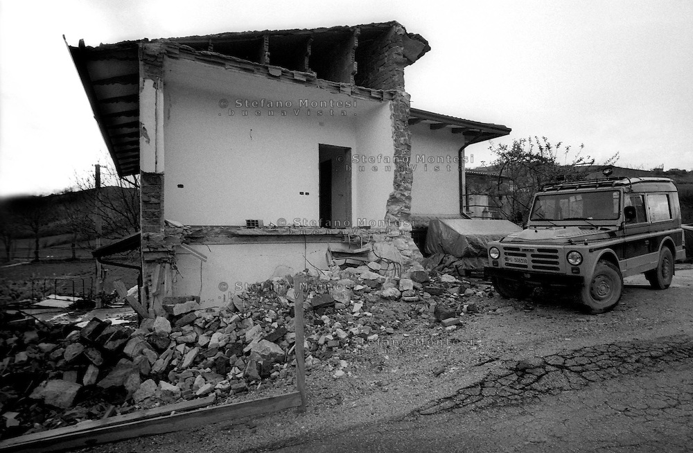 Terremoto in Umbria .Nocera Umbra  (PG)    13 Marzo 1998.Un edificio crollato nella  frazione di Isola.Earthquake in Umbria.Nocera Umbra (PG) March 13, 1998.A building collapsed in the village of Isola