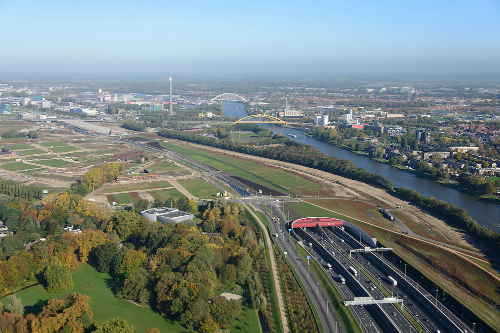 Nederland, Utrecht, Utrecht, 24-10-2013;<br /> Rijksweg A2 en de zuidelijke ingang van de  Leidsche Rijntunnel, een landtunnel die de verkeersoverlast, luchtvervuiling en geluidsoverlast voor Utrecht en de Vinexwijk Leidsche Rijn (l) moet verminderen. Rechts het Amsterdam-Rijnkanaal met de stad Utrecht. Stadsbaan links van de tunnel.<br /> Roadway A2 and the southern entrance to the tunnel Leidsche Rijn, a landtunnel built to decrease the nuisance of traffic noise and air pollution for the city of Utrecht and the suburb Leidsche Rijn (l) . Right the Amsterdam-Rhine Canal and the city of Utrecht.<br /> luchtfoto (toeslag op standaard tarieven);<br /> aerial photo (additional fee required);<br /> copyright foto/photo Siebe Swart.