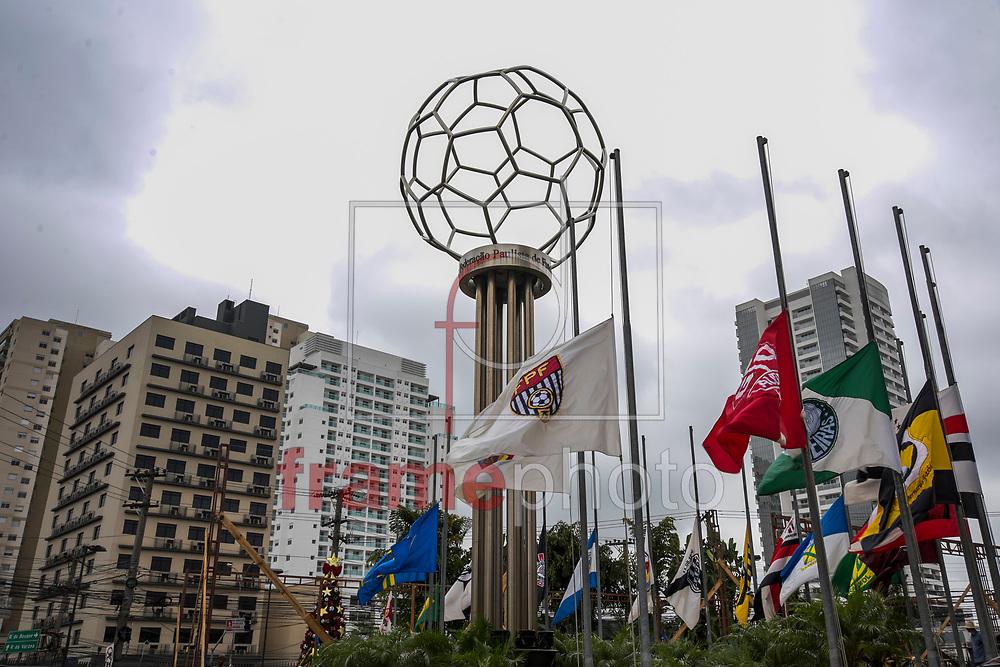 A sede da Federação Paulista de Futebol, na zona oeste de S.Paulo(SP), amanheceu nesta quarta-feira(30) com todas as bandeiras à meio mastro em respeito aos 71 mortos no vôo do time da chapecoense, ontem, na bolívia. FOTO: CHELLO/FRAMEPHOTO
