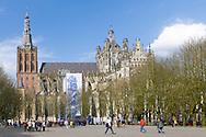 Nederland, Den Bosch, 20160409<br /> Kathedraal St. Jan in Den Bosch op de Parade. De Sint-Janskathedraal (voluit: de Kathedrale Basiliek van Sint-Jan Evangelist) in de binnenstad van 's-Hertogenbosch wordt veelal beschouwd als het hoogtepunt van de Brabantse gotiek. De kathedraal imponeert door zijn omvang en enorme rijkdom aan beeldhouwwerk. Uniek in Nederland zijn de dubbele luchtbogen en uniek in de wereld zijn de 96 luchtboogfiguren.De kerk in volle pracht op de Parade<br /> Sint-Janskathedraal<br /> <br /> Netherlands, Den Bosch<br /> The St. John's Cathedral (in full: the Cathedral Basilica of St. John the Evangelist) in the city of 's-Hertogenbosch is often regarded as the pinnacle of Brabant Gothic. The cathedral impresses by its size and wealth of sculpture. Unique in the Netherlands are the double flying buttresses and unique in the world, the 96 flying buttress figures.<br /> St. John's Cathedral