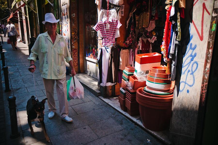 En Malasaña se mezclan el nuevo y el tradicional, las viviendas y el comercio sin conflictos.