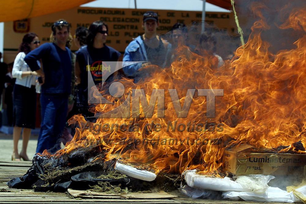 Toluca, M&eacute;x.- Integrantes de diversos grupos musicales de la Asociacion de Productores de Fonogramas (AMPROFON), durante la incineracion de estupefacientes decomisados en el Valle de Toluca en la clausura de la Jornada Nacional contra el Consumo de Drogas. Agencia MVT / Mario V&aacute;zquez de la Torre. (DIGITAL)<br /> <br /> NO ARCHIVAR - NO ARCHIVE