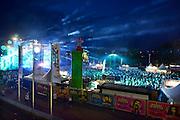 Nederland, Nijmegen, 13-7-2014 Matrixx live at the kaade op de Waalkade. Onlosmakelijk met de vierdaagse, 4daagse, zijn in Nijmegen de vierdaagse feesten, de zomerfeesten. talrijke podia staat een keur aan artiesten, voor elk wat wils. Een week lang elke avond komen tegen de honderdduizend bezoekers naar de binnenstad. De politie heeft inmiddels grote ervaring met het spreiden van de mensen, het zgn. crowd control. Op de foto het podium the Matrixx en Q-music. Hier word veel gebruik gemaakt van laserstralen voor de lichtshow.. Foto: Flip Franssen/Hollandse Hoogte