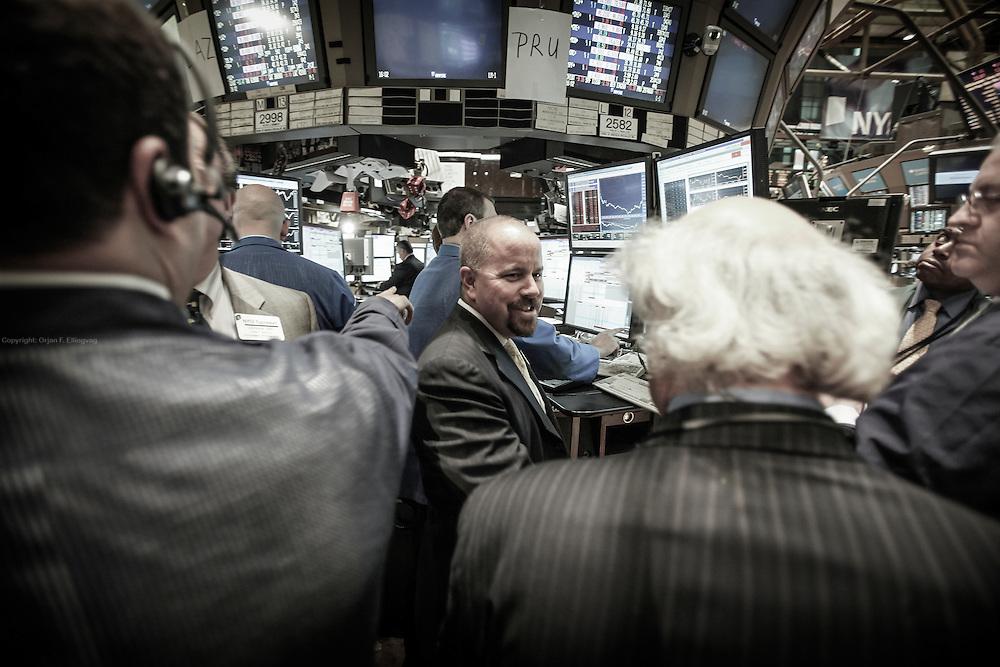 Manhattan, New York, USA, 20090603:  HANDELSBOD: Meglere samler seg rundt aksjeboden til Bank of America rett før stengetid på NYSE, New York Stock Exchange. Foto: Ørjan F. Ellingvåg