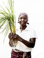Syv hunderede mennesker d&oslash;de og vandet fordrev 650.000 mennesker fra deres hjem og p&aring;virkede en fjerdedel af landets befolkning. 140 tusinde hektar landbrugsjord blev smadret og 350.000 stykker kv&aelig;g forsvandt med str&oslash;mmen. I den lille by udenfor Chokwe har kvinderne besluttet, at tage kampen op mod hiv, malaria, fattigdom, den tilbagevendende t&oslash;rke og andre katastrofer. De st&aring;r alene med problemerne og deres b&oslash;rn g&aring;r stadig sultne i seng. M&aelig;ndene er langt v&aelig;k, og arbejder i minerne i nabolandet Sydafrika og kommer kun sj&aelig;ldent hjem. S&aring; kvinderne er n&oslash;dt til at klarer hverdagen og de st&aring;r klar med paraderne oppe, med god grund, for Mozambique er et af de afrikanske lande, der bliver ramt h&aring;rdest af klimaforandringer. Hvert &aring;r bliver landet ramt af klimarelaterede katastrofer som t&oslash;rke, flere og voldsommere oversv&oslash;mmelser og cykloner har &aelig;ndret situationen drastisk. Effekterne af katastroferne bliver forst&aelig;rket, fordi landet i forvejen er sv&aelig;kket af fattigdom, f&oslash;devareusikkerhed og sygdom. Og kvinderne m&aring; rejse sig igen og igen. For deres egen skyld. Og for deres b&oslash;rns fremtid. <br /> <br /> Claudi Salvador (51 &aring;r) har lige plantet ris. Det skal m&aelig;tte hendes seks b&oslash;rn, hvoraf de fire er plejeb&oslash;rn. R&oslash;de Kors har s&oslash;rget for en lille jordlod, som hun kan dyrke for ellers ville hun ikke f&aring; r&aring;d til k&oslash;be en mark. Hun og b&oslash;rnene arbejder sammen i marken. Hendes mand har forladt hende for 12 &aring;r siden og hun vil hellere klare sig selv end finde en ny mand.