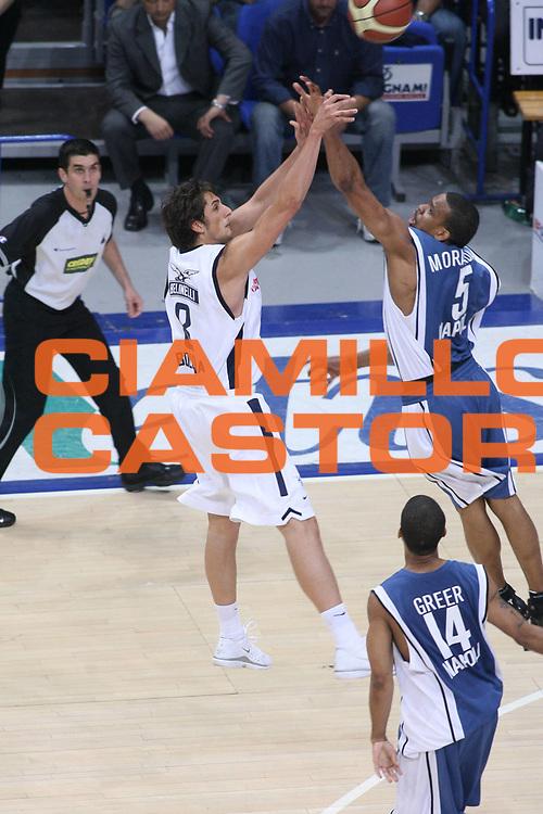 DESCRIZIONE : Bologna Lega A1 2005-06 Play Off Semifinale Gara 5 Climamio Fortitudo Bologna Carpisa Napoli <br />GIOCATORE : Belinelli Morandais<br />SQUADRA : Climamio Fortitudo Bologna Carpisa Napoli<br />EVENTO : Campionato Lega A1 2005-2006 Play Off Semifinale Gara 5 <br />GARA : Climamio Fortitudo Bologna Carpisa Napoli <br />DATA : 11/06/2006 <br />CATEGORIA : Tiro Fallo<br />SPORT : Pallacanestro <br />AUTORE : Agenzia Ciamillo-Castoria/G.Ciamillo