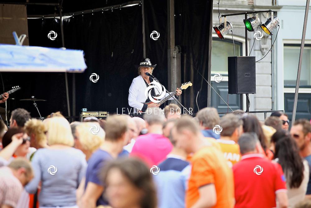 ZALTBOMMEL - Koninginnedag 2012 in Zaltbommel met zeer weinig eigenlijk nagenoeg geen activiteiten. Alleen een vrijmarkt en een band op de markt. FOTO LEVIN DEN BOER - PERSFOTO.NU