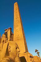 Afrique du Nord, Egypte, Louxor, Temple de Louxor, Patrimoine mondial de l'UNESCO, Vallée du Nil, rive gauche du Nil, Statue colosse de Ramses II, obelisque // Africa, Egypt, Louxor, Temple of Luxor, World Heritage of the UNESCO, east bank of the river Nile, Nile valley, Satue of the pharaoh Ramesses II and Obelisk