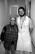 Roma, Ostello don Luigi Di Liegro<br /> Un volontario con un ospite