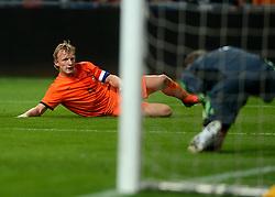 14-11-2012 VOETBAL: NEDERLAND - DUITSLAND: AMSTERDAM<br /> Friendly match Netherlands - Germany in Amsterdam Arena / Dirk Kuyt ziet hoe Manuel Neuer zijn inzet pakt.<br /> ©2012-FotoHoogendoorn.nl