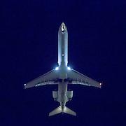 Et fly kommer inn for landing på LAX flyplassen i Los Angeles. Flytrafikk er sterkt økende verden over. Kommersiell flytrafikk sto for syv prosent av CO₂-utslippene i 2006 og er ventet å nå femten prosent innen 2050. I 2014 truet miljøorganisasjonene CBD og Friends of the Earth med å saksøke det amerikanske miljøverndepartementet, EPA,  dersom de ikke kom med utslippskrav til flybransjen . Det har satt fart på EPA, og i juni kom de med forslag til nye reguleringer . EU forsøkte å innføre utslippskrav og såkalt «cap and trade» for flybransjen i 2008, men feilet. EPA sitt forslag til utslippskrav kommer ventelig til å bli adoptert også av EU. Veien dit er lang og bratt. Nye regler kommer neppe til å gjelde før 2018, og i mellomtiden har USA fått en ny president. I mellomtiden jobber flyprodusentene selv med å minske skadevirkningene fra bransjen. Boeing har som mål å bruke minst en prosent biobrennstoff innen 2016 . Tallet er lite, men et skritt i riktig retning. Airbus jobber i samme retning  og samarbeider med blant annet Virgin for å finne måter å produsere biobrennstoff lokalt rundt omkring på kloden.