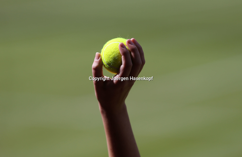 Olympiade,Wimbledon,AELTC,London 2012.Olympic Tennis Tournament, Hand eines Balljunge, der einen Tennisball hoch haelt,Detail,Nahaufnahme,close-up,Symbolfoto,Feature,Querformat,