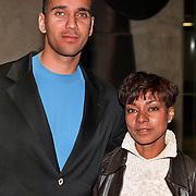 Politie agent Franklin Brown en vrouw Astrid Breinberg voor het gebouw van het paleis van Justitie bij het hoger beroep