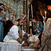 Jérusalem, israël, le jeudi 21 avril 2011 - Cathédrale saint James (monastère arménien) - le patriarche orthodoxe lave les pieds des prêtres qui ont participés une messe solennelle en ce jeudi Saint