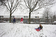 Kinderen spelen in de sneeuw in de Utrechtse wijk Ondiep.<br /> <br /> Children are playing in the snow.