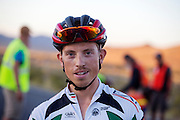 Andrea Gallo rijdt een Italiaans record tijdens de vierde racedag. In Battle Mountain (Nevada) wordt ieder jaar de World Human Powered Speed Challenge gehouden. Tijdens deze wedstrijd wordt geprobeerd zo hard mogelijk te fietsen op pure menskracht. Het huidige record staat sinds 2015 op naam van de Canadees Todd Reichert die 139,45 km/h reed. De deelnemers bestaan zowel uit teams van universiteiten als uit hobbyisten. Met de gestroomlijnde fietsen willen ze laten zien wat mogelijk is met menskracht. De speciale ligfietsen kunnen gezien worden als de Formule 1 van het fietsen. De kennis die wordt opgedaan wordt ook gebruikt om duurzaam vervoer verder te ontwikkelen.<br /> <br /> In Battle Mountain (Nevada) each year the World Human Powered Speed ​​Challenge is held. During this race they try to ride on pure manpower as hard as possible. Since 2015 the Canadian Todd Reichert is record holder with a speed of 136,45 km/h. The participants consist of both teams from universities and from hobbyists. With the sleek bikes they want to show what is possible with human power. The special recumbent bicycles can be seen as the Formula 1 of the bicycle. The knowledge gained is also used to develop sustainable transport.