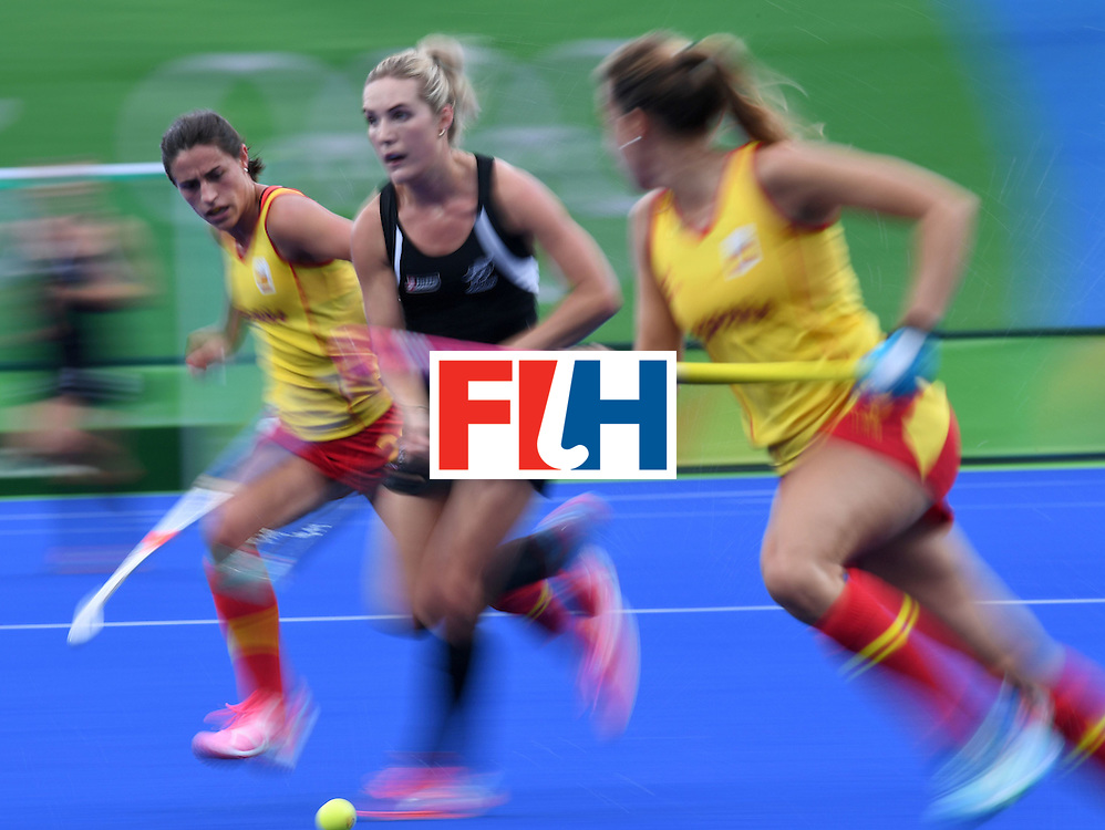 New Zealand's Sophie Cocks (C) controls the ball during the women's field hockey Spain vs New Zealand match of the Rio 2016 Olympics Games at the Olympic Hockey Centre in Rio de Janeiro on August, 10 2016. / AFP / MANAN VATSYAYANA        (Photo credit should read MANAN VATSYAYANA/AFP/Getty Images)
