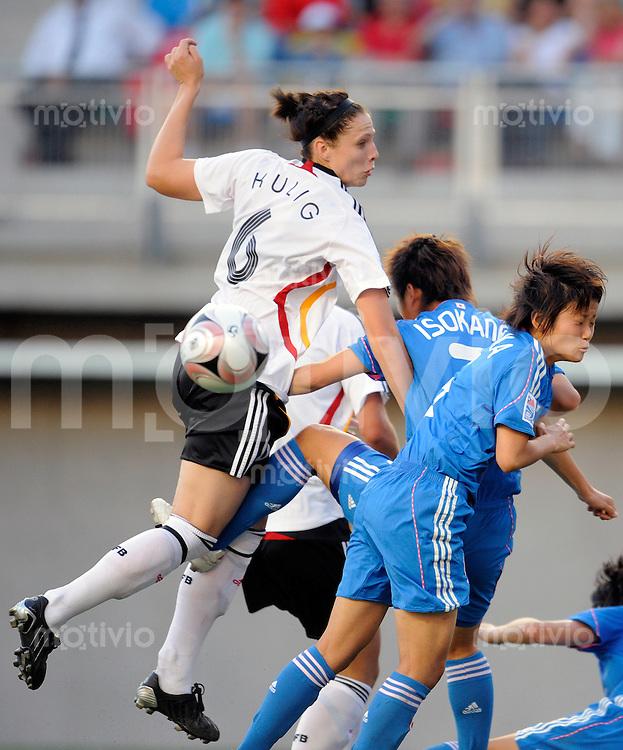Fussball Frauen FIFA U 20  Weltmeisterschaft 2008    23.11.2008 Deutschland - Japan     Germany - Japan Kim KULIG (li, GER) im Zweikampf mit Midori ISOKANE (Mitte) und Asuna TANAKA (re, beide JPN).
