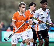 BLOEMENDAAL - Hockey - Bloemendaal-Oranje Rood 3-2. Jasper Brinkman (Bldaal)  met Rizwan Muhammad (Oranje-Rood).   COPYRIGHT KOEN SUYK