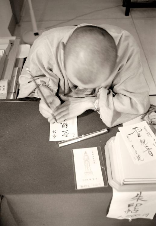 Moine dans un temple de Ohara exécutant une calligraphie.