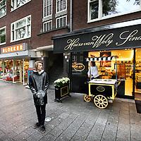 Nederland, Amsterdam , 22 augustus 2014.<br /> Sjieke winkels in de Beethovenstraat.<br /> Posh shopping in Beethovenstraat in Amsterdam South.